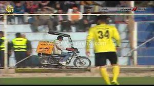 واکنش شیرازیها به ورود پیک موتوری به ورزشگاه