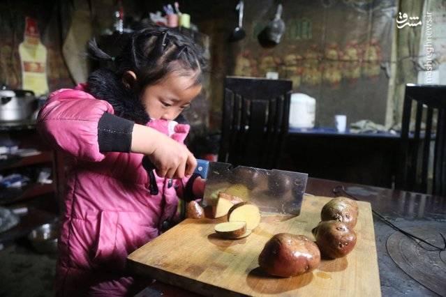 دختر 5 ساله چینی در حال پرستاری از مادربزرگ و پدربزرگش