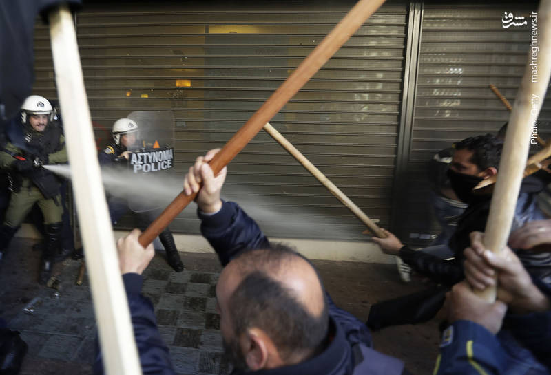 برخورد خشونتآمیز در تظاهرات کشاورزان یونانی مقابل وزارت کشاورزی در اعتراض به اصلاحات مالیاتی جدید- آسوشیتدپرس