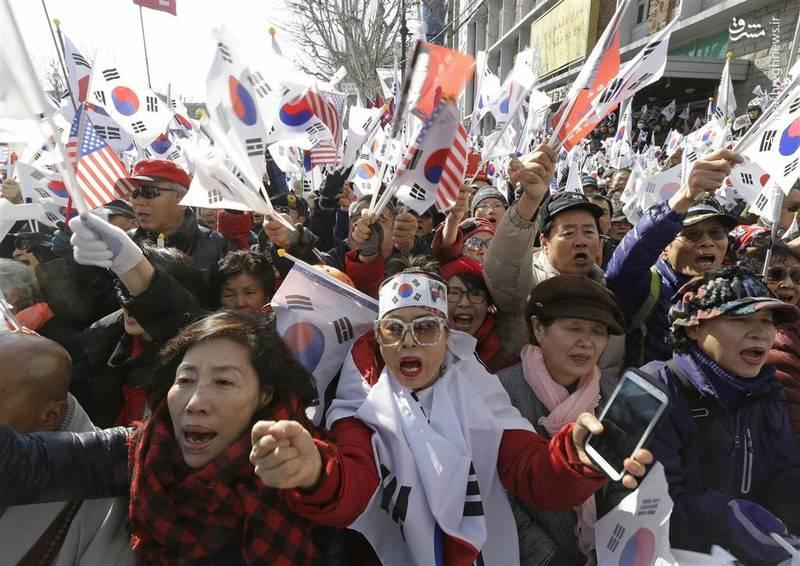تظاهرات هواداران رئیسجمهور برکنارشده کره جنوبی در مقابل دادگاه قانون اساسی- آسوشیتدپرس