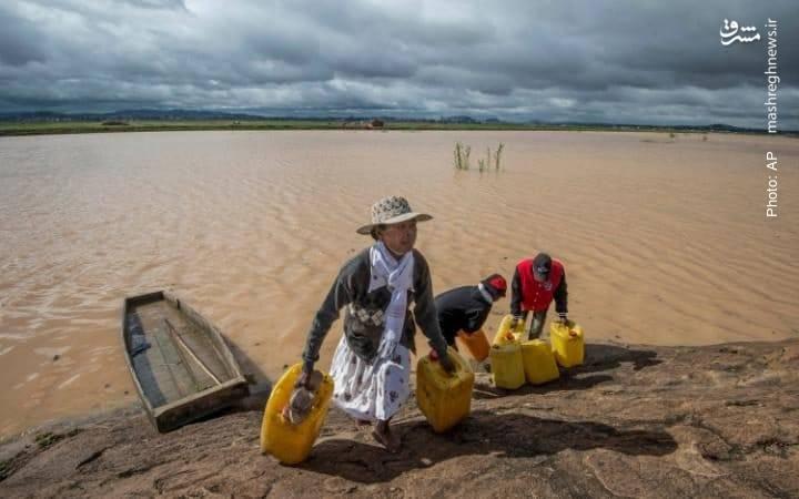 در جستجوی آب سالم در منطقه سیلزده آنتاناناریوو پایتخت ماداگاسکار- آسوشیتدپرس
