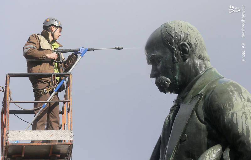 شستوشوی مجسمه تاراس شِوچنکو، ادیب اوکراینی در دهههای نخست قرن 20 میلادی- آسوشیتدپرس