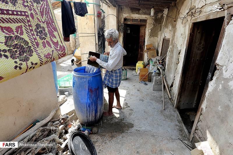 آبرسانی به یکی از روستاهای قشم با پیت حلبی