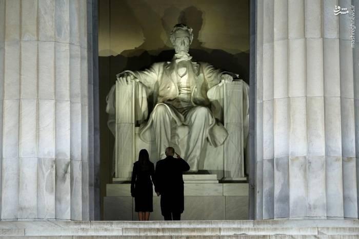 ادای احترام به مجسمه آبراهام لینکلن از سوی ترامپ و همسرش پیش از مراسم سوگند