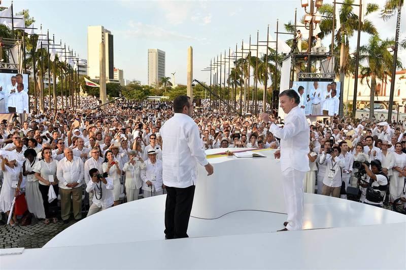 امضای پیمان صلح میان لاندونو رهبر فارک، بزرگترین سازمان چریکی آمریکای لاتین با سانتوس رئیسجمهور کلمبیا