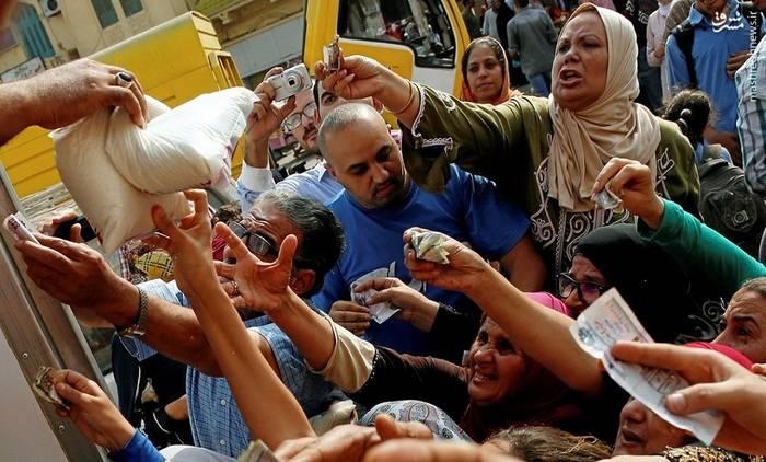 توزیع شکر در میان مردم قاهره پس از کمبود این ماده غذایی در بازار