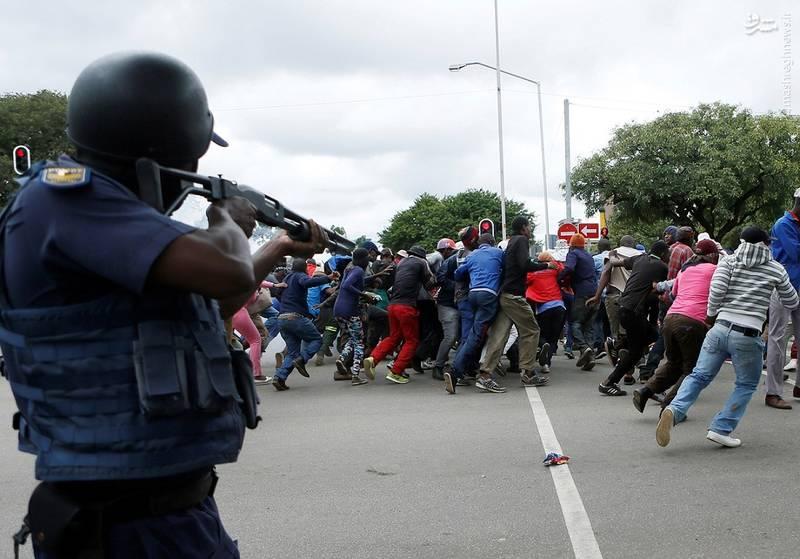 استفاده از گلولههای پلاستیکی توسط پلیس پرتوریا برای پراکنده کردن مهاجران سومالیایی و شهروندان آفریقای جنوبی که با یکدیگر درگیر شده بودند