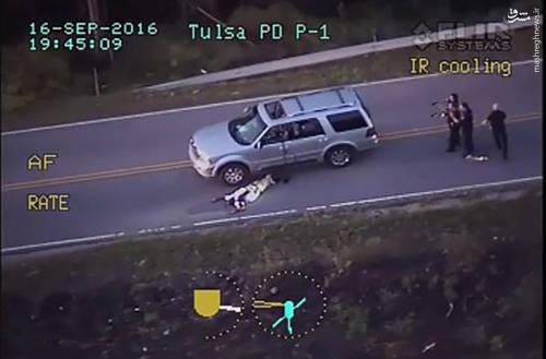 تصاویر ضبطشده از بالگرد نشان میدهد تِرِنس کراچِر در حالی که دستهای خود را بالا گرفته به سمت خودروی خود هدایت میشود اما ناگهان بر اثر اصابت یک گلوله بر زمین میافتد
