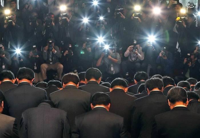 عذرخواهی دستهجمعی نمایندگان حزب حاکم کره جنوبی پس از اعتراف رئیسجمهور پارک گئون های به مشورت مخفیانه با دوست چهلسالهاش در امور مملکتی
