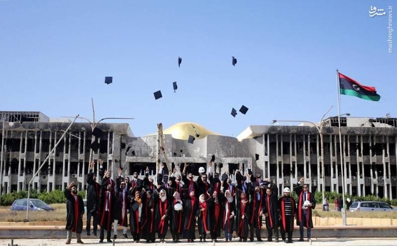 عکس یادگاری فارغ التحصیلان رشتههای حقوق و مهندسی با دانشگاه مخروبهشان در بنغازی