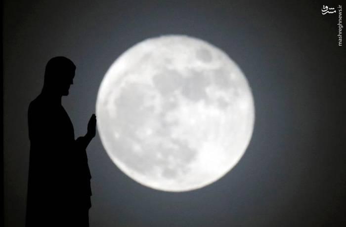 لمس ماه توسط مجسمهای در پاریس
