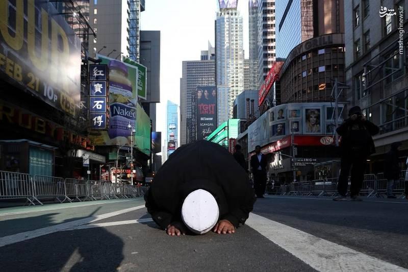 نماز عصر در میدان منهتن نیویورک به نشانه عضویت در کمپین اعتراضیِ «من هم مسلمانم»
