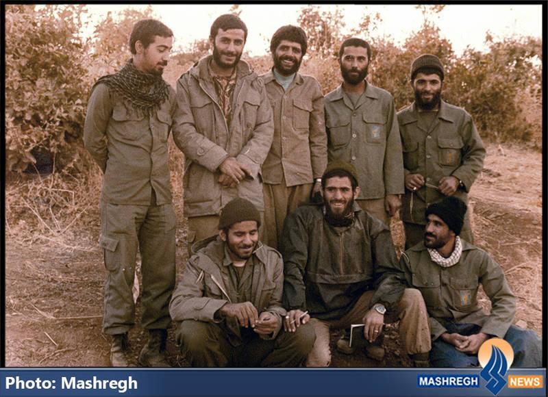 حاج عباس کریمی در کنار شهیدان حاج همت، حاج عباس محمد ورامینی(ایستاده، نفر دوم از چپ) و سید محمدرضا دستواره