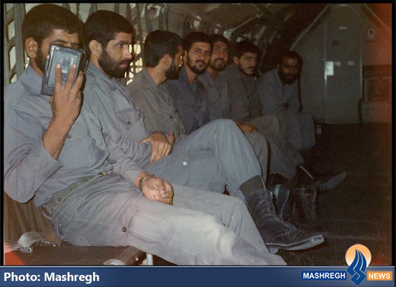 حاج عباس کریمی (ضبط صوت در دست) و شهید مهدی زین الدین(یک نفر مانده به آخر)