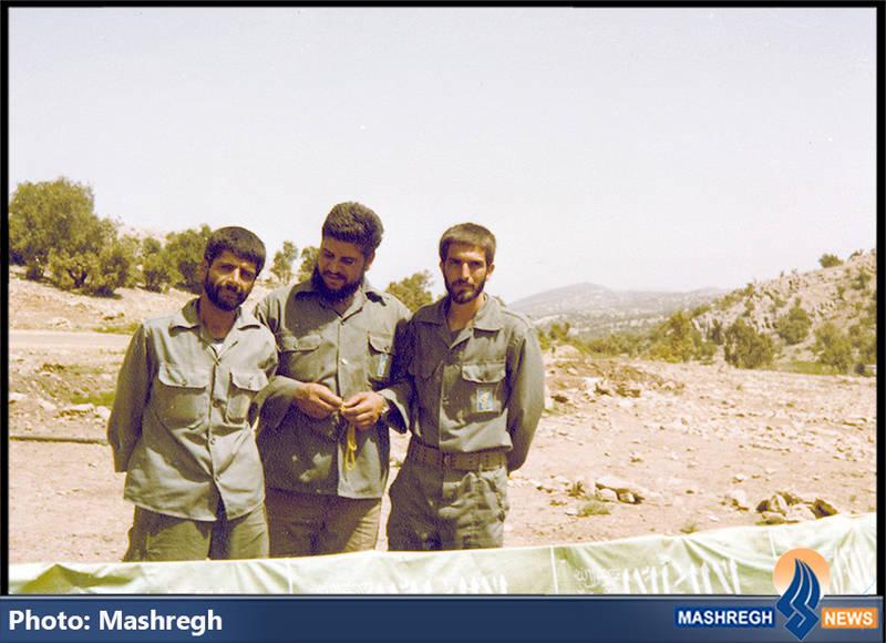 حاج عباس کریمی در کنر شهیدان حسین راحت(نفر وسط) و حمیدرضا زرچینی