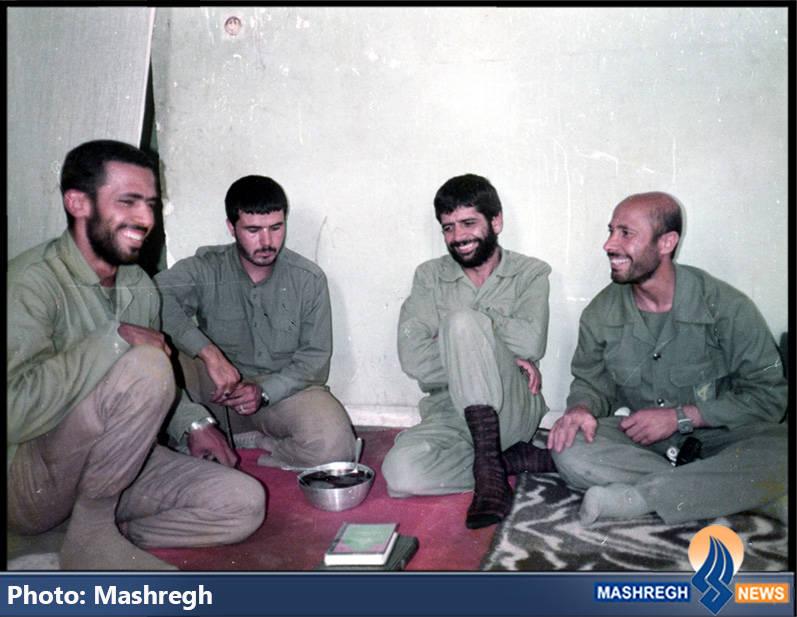 حاج عباس کریمی در کنار همرزمانش