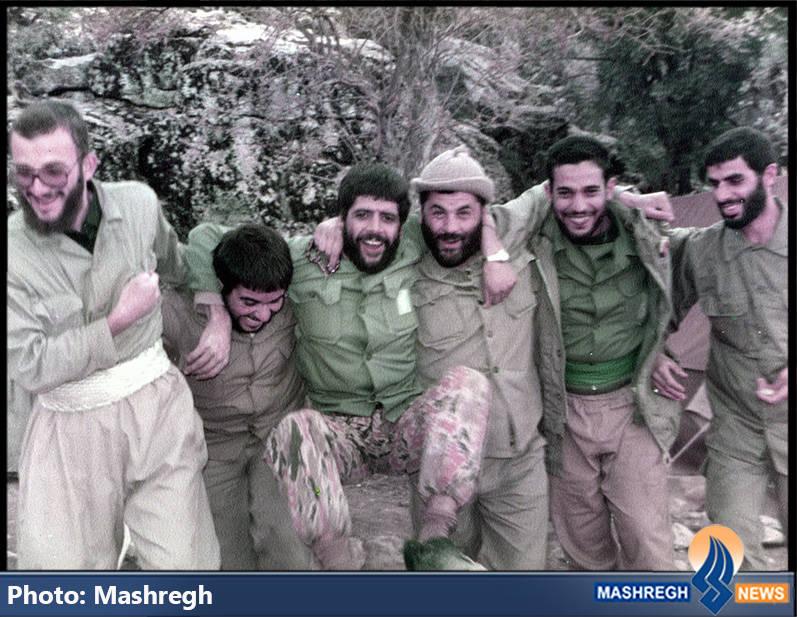 حاج عباس کریمی در کنار شهیدان محمدرضا کارور(نفر اول از راست) و علی اکبر حاچی پورامیر(نفر سوم از راست)