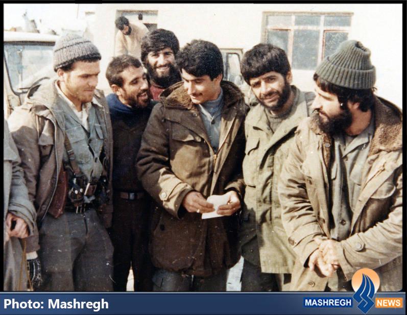حاج عباس کریمی (نفر دوم از راست) و شهید تقی رستگار مقدم(نفر اول از راست) در مریوان