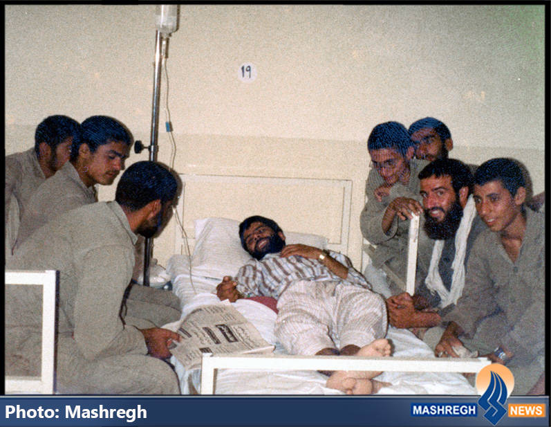 حاج عباس کریمی(خوابیده روی تخت) پس از مجروح شدن و شهید حاج محسن دین شعاری(با چفیه)