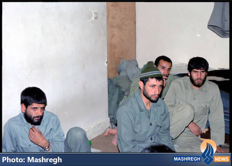 شهید حاج عباس کریمی در کنتر همرزمانش