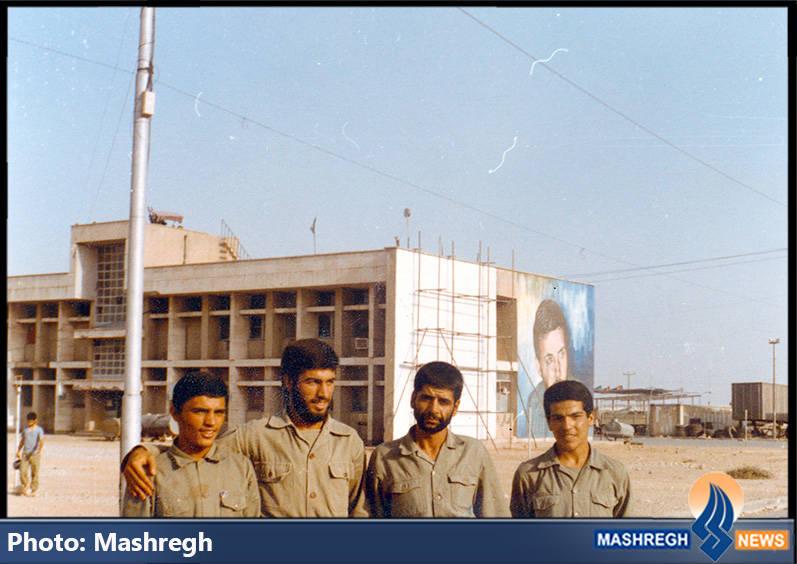 حاج عباس کریمی و بسیجیان در دوکوهه. چند ماه بعد، روی دیوار سفید کنار تصویر حاج همت، تصویر حاج عباس کریمی نقاشی شد