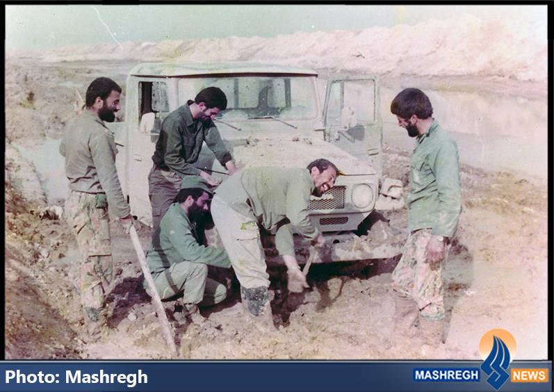 حاج عباس کریمی و شهید کاظم نجفی رستگار(نفر بیل در دست)
