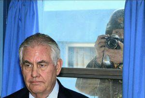 سرباز کره شمالي در حال عکس گرفتن از وزير خارجه آمريکا