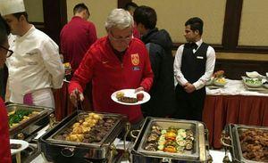 عکس/علاقه سرمربی فوتبال چین به غذاهای سنتی ایران