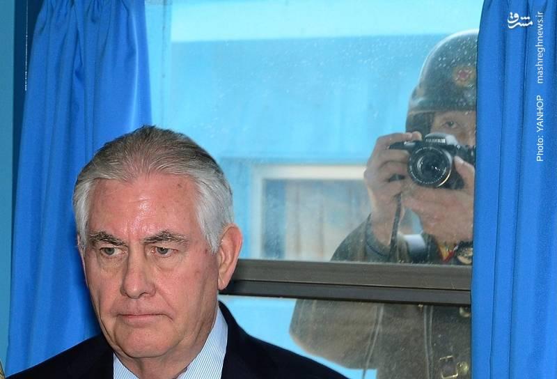 تصویربرداری سرباز کره شمالی از تیلرسون وزیر خارجه آمریکا در مرز دو کره
