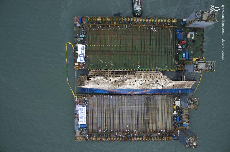 تلاش دولت کره جنوبی برای خارجکردن کشتی غرق شده Sewol که دو سال پیش منجر به مرگ حدود 300 تن شد