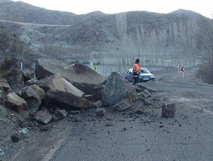 فیلم/ لحظه سقوط سنگ روی خودروها در فیروزآباد