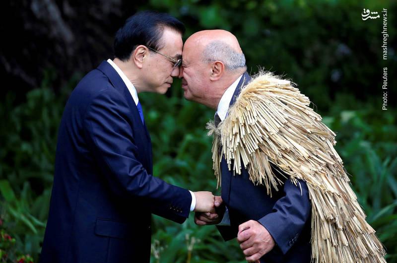 معانقه خاص پرفسور پیری سایسکیا به روش بومیان مائوری در نیوزلند با چیانگ نخستوزیر چین