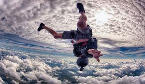 فیلم/ توپ بازی چتر بازان در آسمان