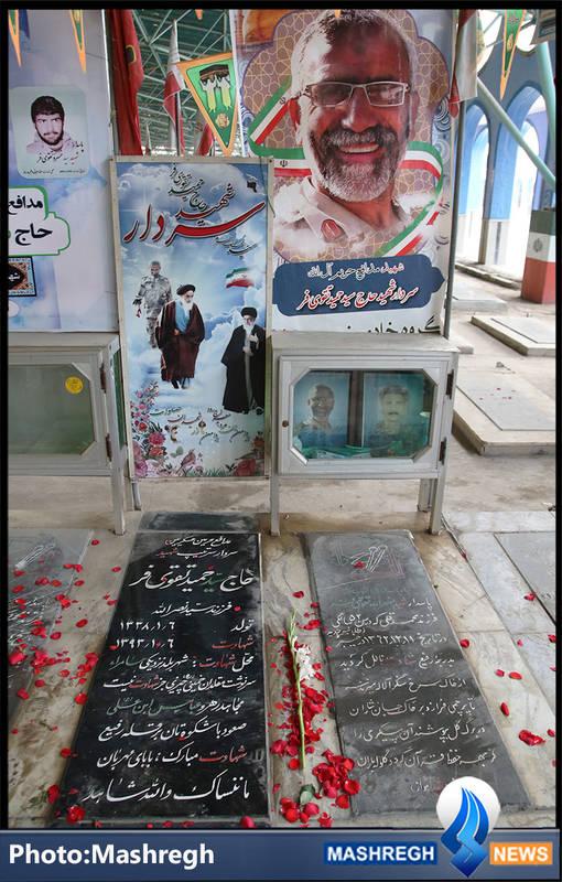 تربت مطهر شهید مدافع حرم «سید حمید تقوی فر» در کنار نزار پدر شهیدش