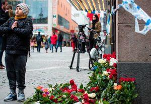 عکس/ ادای احترام مردم استکهلم به قربانیان حادثه تروریستی