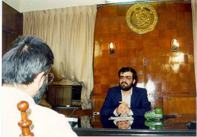 سید مرتضی آوینی در در گفتگو با شهید صادق گنجی، مسپول خانه فرهنگ ایران در پاکستان