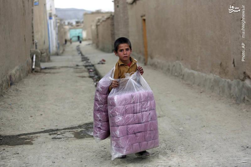فروش دستمالهای کاغذی توسط کودک کابلی