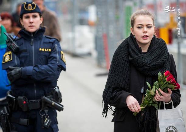 ادای احترام مردم استکهلم به قربانیان حادثه تروریستی روز جمعه ، در محل این حادثه