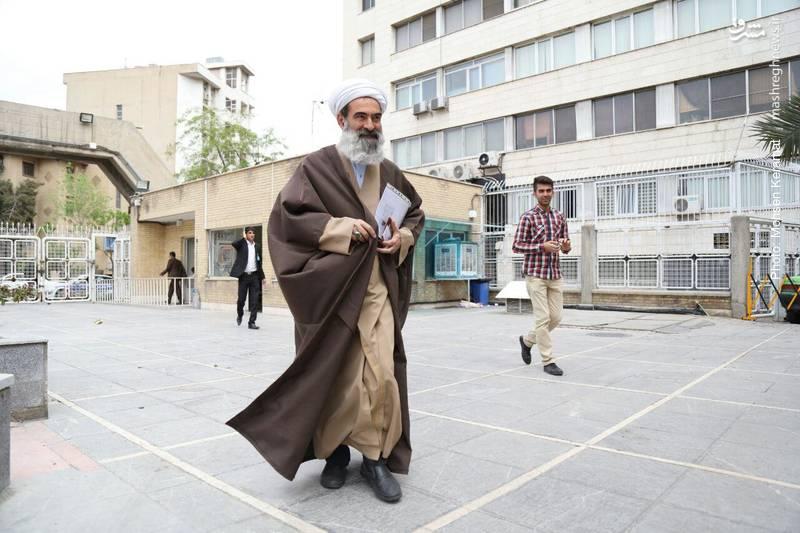 اولین روحانی که برای نام نویسی وارد وزارت کشور شد