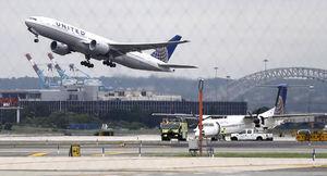 دختر نیمه برهنه از سوار شدن به هواپیما منع شد