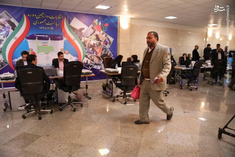 داوطلب ثبت نام در انتخابات ۹۶ با کیف صورتی
