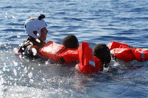 عکس/ نجات بیش از ۲۰۰۰ مهاجر در ساحل لیبی