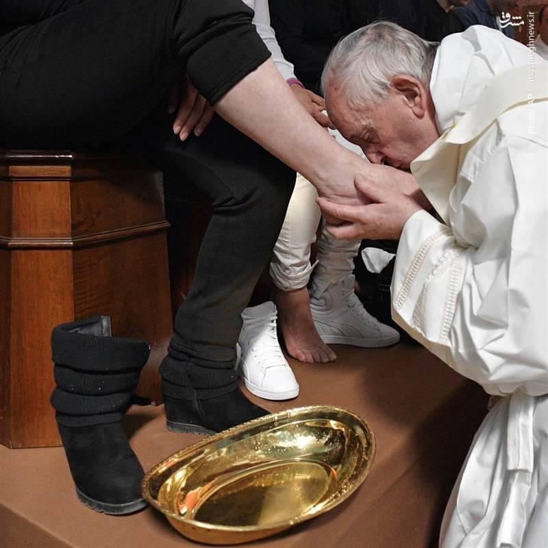 برگزاری مراسم سالانه شستشوی پای زندانیان در رم از سوی پاپ فرانسیس دوم