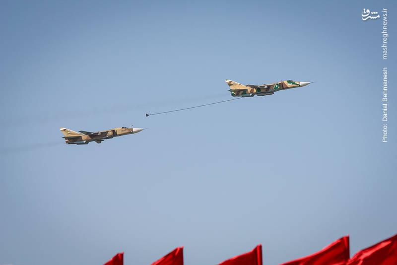 دو فروند بمب افکن ضربتی Su-24MK فنسر در موقعیت سوخت گیری یار به یار