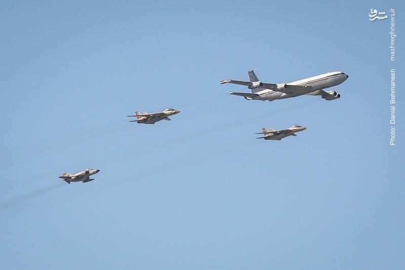 دسته پروازی هواپیمای سوخت رسان بوئینگ 707 که توسط دو فروند جنگنده رهگیر F-14A تامکت و یک فروند جنگنده شناسایی RF-4E همراهی می شود