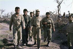 فیلم کمتردیده شده از رهبرانقلاب با لباس رزم در جبهه
