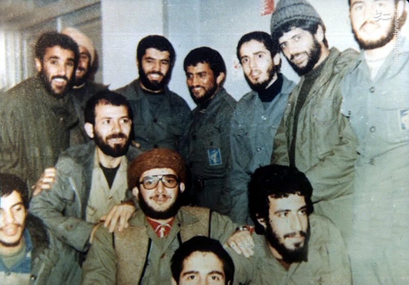 شهید عباس کریمی قهرودی(ایستاده، نفر دوم از راست)، شهید رضا چراغی(نفر نیم خیز)