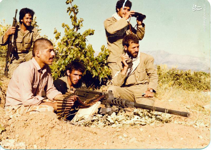 شهید رضا چراغی(بی سیم به دست)، شهید سید محمدرضا دستواره(پشت اسلحه)، شهید حسن زمانی(با تفنگ ژ-۳)