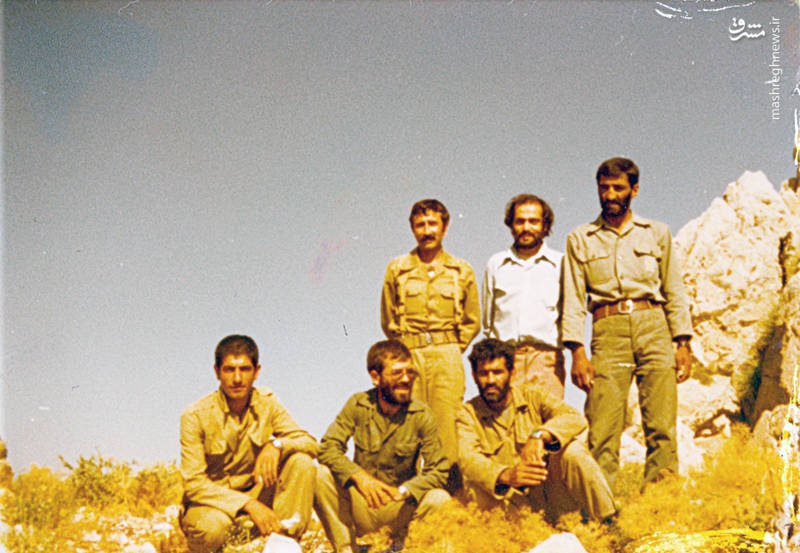 حاج احمد مت.سلیان(ایستاده، نفر اول از راست)، شهید رضا چراغی(نشسته، نفر وسط)