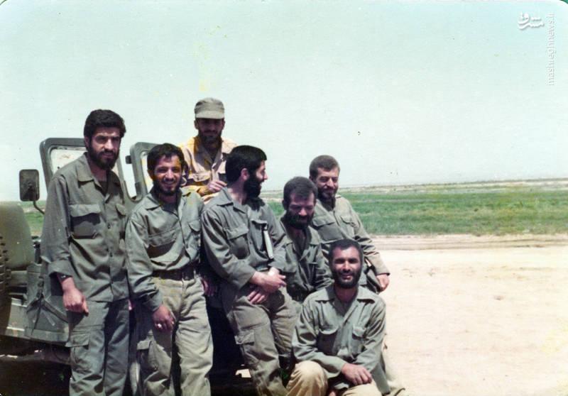 شهید رضا چراغی(ایستاده، نفر دوم از راست)، شهید محمدحسین مردی ممقانی(ایستاده، نفر سوم از راست)، شهید اکبر زجاجی(با کلاه بر سر)